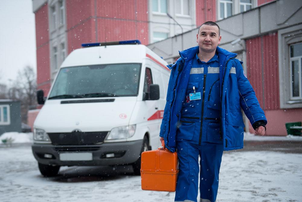 Вызов бригады санитаров для спуска пациента в скорую, подъема на этаж
